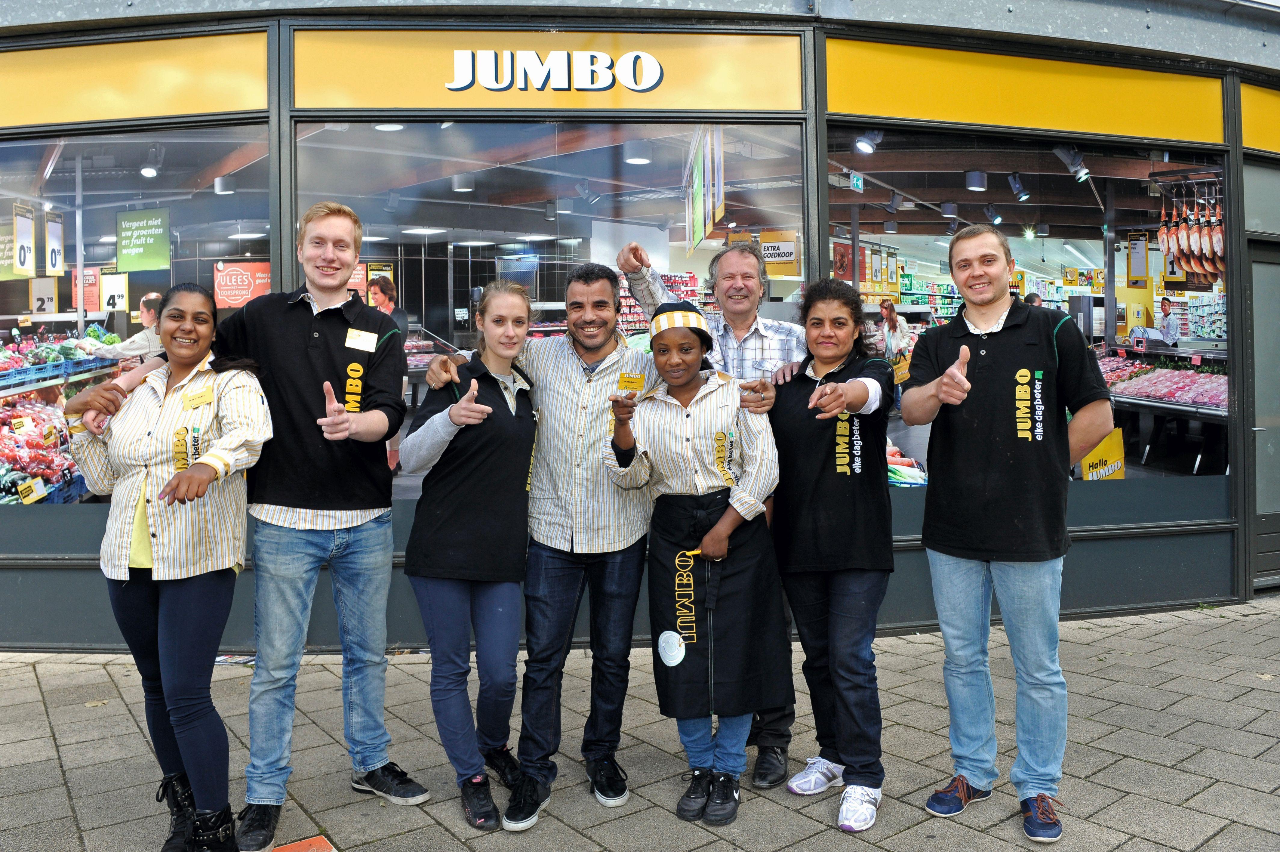 Verkoopmedewerkers Pieter (tweede van links), Anne (derde van links), Vanessa (vierde van rechts) en Leylama (tweede van rechts) zijn respectievelijk Nederlands, Duits, Ghanees en Afghaans. Vulploegleider Pawel (rechts) komt uit Polen.' Foto: Diederick van der Laan