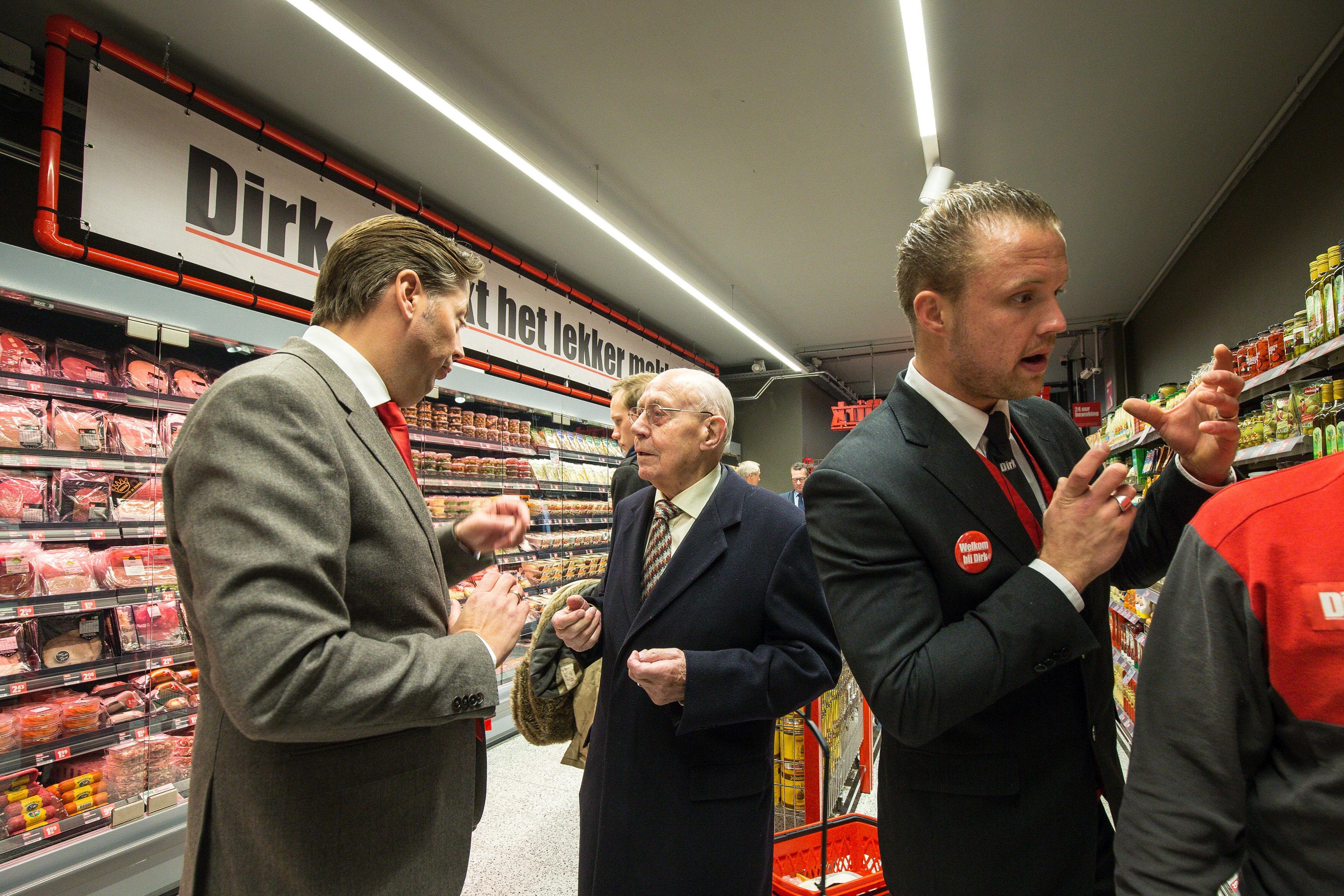 Overleg op topniveau. Links Marcel Huizing met Dirk van den Broek senior, rechts supermarktmanager Maikel van der Eng. Foto: Diederik van der Laan.
