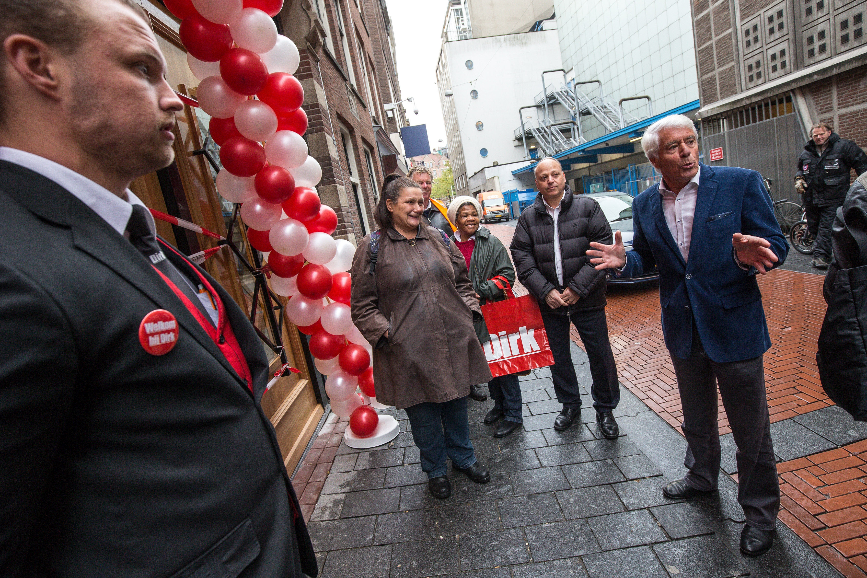 Oud-woordvoerder van de Amsterdamse politie Klaas Wilting (rechts) opende de stadswinkel van Dirk aan de Warmoesstraat. Foto: Dirk van den Broek.