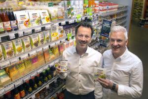 Lichtgroene consument betreedt supermarktvloer